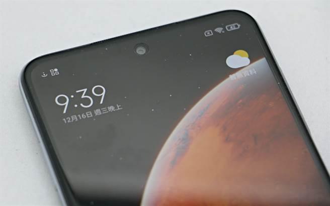 紅米(Redmi) Note 9 Pro採用挖孔螢幕設計。(黃慧雯攝)