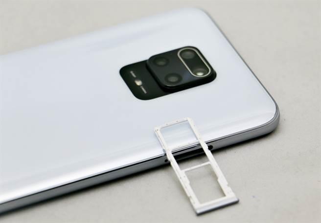 紅米(Redmi) Note 9 Pro使用三卡槽。(黃慧雯攝)
