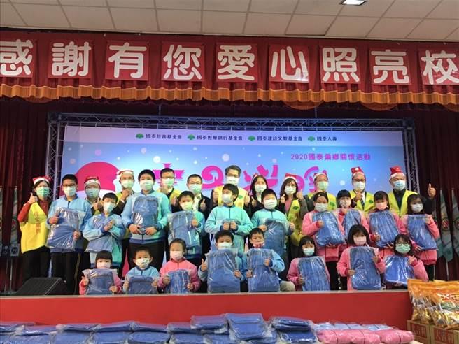 國泰世華銀行基金會董事長李明賢帶領國泰主管與志工群,帶來耶誕禮物,與孩子們共度愉快佳節。(國泰提供)