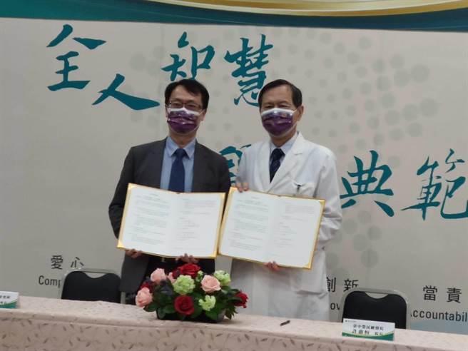 台中榮總與國家中醫藥研究所,聯手對抗新冠肺炎,24日簽署醫療合作備忘錄,建立「中西精準醫學研究平台」,進行新冠肺炎臨床照護與基礎研究。(張妍溱攝)