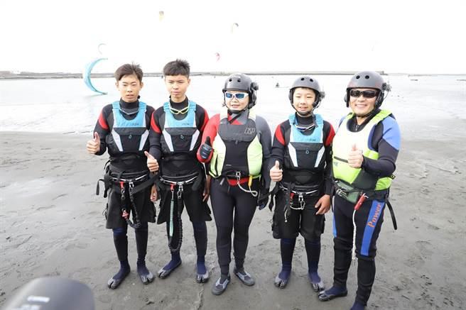 雲林縣長張麗善(中)就職2周年,代言風箏衝浪超歡樂。(張朝欣攝)