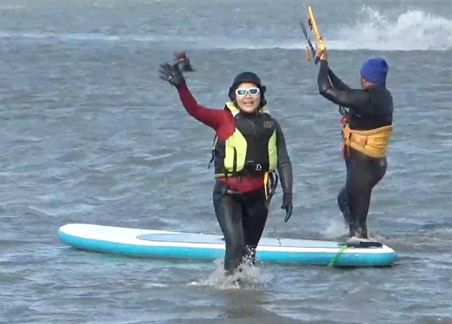 雲林縣長張麗善(左)就職2周年,代言風箏衝浪超歡樂。(張朝欣攝)