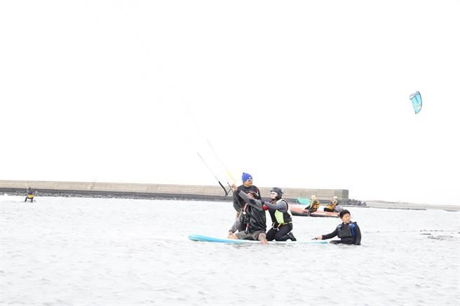 雲林縣長張麗善(左三)就職2周年,代言風箏衝浪超歡樂。(張朝欣攝)