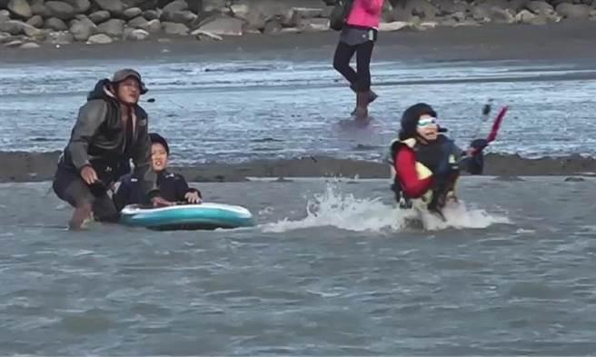 雲林縣長張麗善(右)就職2周年,代言風箏衝浪超歡樂。(張朝欣攝)