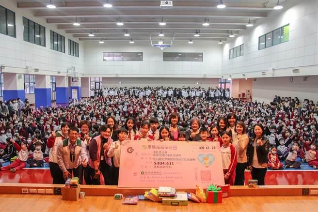 康橋國際學校舉行「2020行動勸募捐贈儀式」,學生們2天即募得583萬餘元,全數捐贈給中華民國兒童慈善協會與家扶基金會。(康橋國際學校提供/葉書宏新北傳真)
