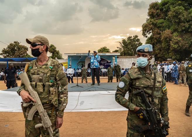 位於非洲中部的中非共和國總統選舉競選活動12月12日正式開始,圖為該國執政黨在首都班吉舉行的競選集會,現任總統圖瓦德拉(後中)在競選集會上演講,軍隊荷槍實彈,氣氛緊張。(圖/新華社)
