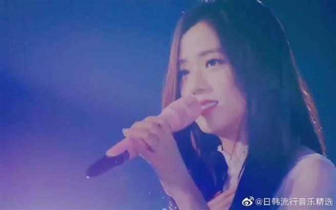 「BLACKPINK」成員金智秀以日文演唱〈雪花〉。(新浪)
