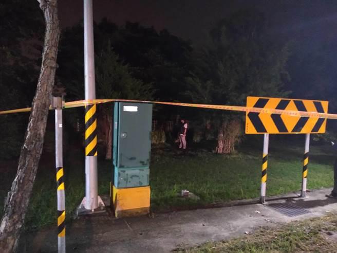 湖內警方獲報茄萣區有民眾路倒,到現場拉起封鎖線蒐證。(翻攝照片/林瑞益高雄傳真)