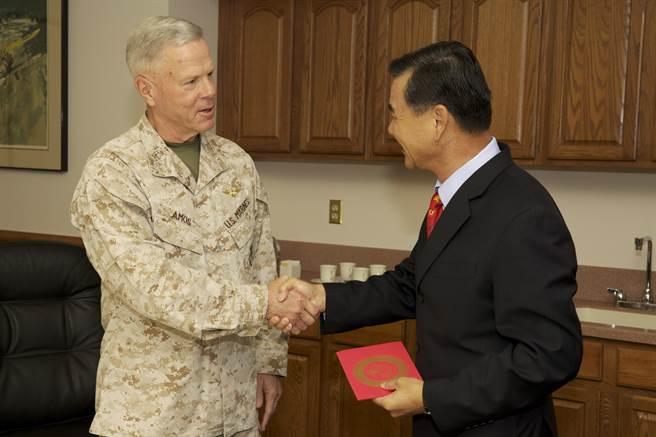 羅斯曼認為,川普大膽推進與臺灣安全合作,讓臺灣川粉憂心拜登上任,此景不但不復見,臺灣更遭犧牲。圖為臺灣陸戰隊中將潘進隆(右)訪美,與美陸戰隊將領阿莫斯(左)交換禮物。(圖/DVIDS)