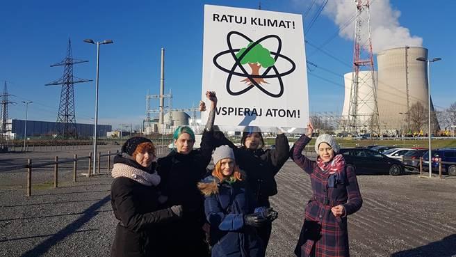 波蘭環保團體FOTA4Climat到德國核電廠,希望這座核電廠能夠繼續延役使用。(圖/FOTA4Climat)