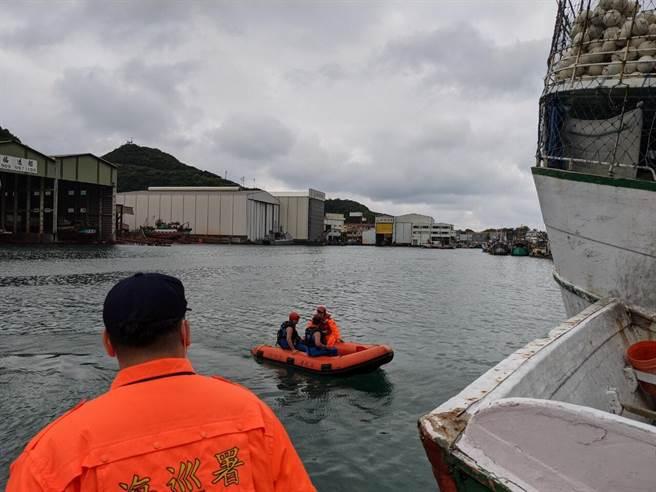 海巡署人員在水中搜尋,但並未發現陳姓船長的蹤影。(第一岸巡隊提供/胡健 森宜蘭傳真)
