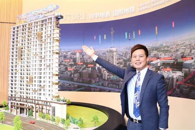 富旺國際旗下建設事業處總經理林宗毅,24日親自介紹富旺「天際W 0NE」建案的最大特色,就是規劃全台罕見的「懸空透明泳池」。圖/劉朱松
