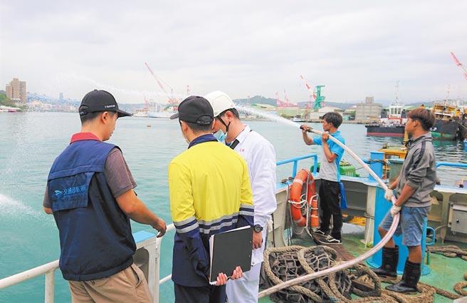 驗船中心驗船師與航港局檢查員共同登輪,確認船員熟稔各項滅火裝備操作且狀態正常可供緊急狀況使用。圖/驗船中心提供