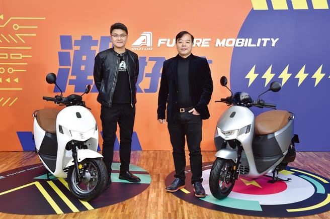 宏佳騰內外銷告捷,2020年業績創新高。宏佳騰董事長鍾杰霖(右)、執行長林東閔(左)看好電動機車趨勢,宣示將持續投資發展電動機車。圖/業者提供