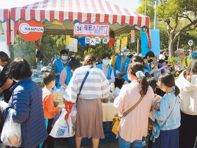 長宏人力設攤義賣,熱烈贊助參與新竹家扶冬暖慈幼園遊會。圖/長宏人力提供