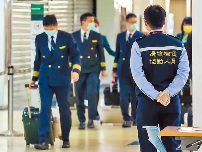 長榮航空昨日首度致歉,決議將該機師免職。圖為剛執飛結束準備回公司報到的長榮航空機師。(非新聞事件當事人)(陳麒全攝)