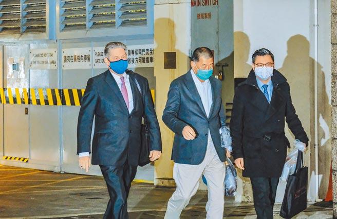 壹傳媒創辦人黎智英早前被控欺詐罪及勾結外國或者境外勢力危害國家安全罪,23日在香港高等法院申請保釋獲准,於12月23日晚11時許步出高等法院。(香港中通社)