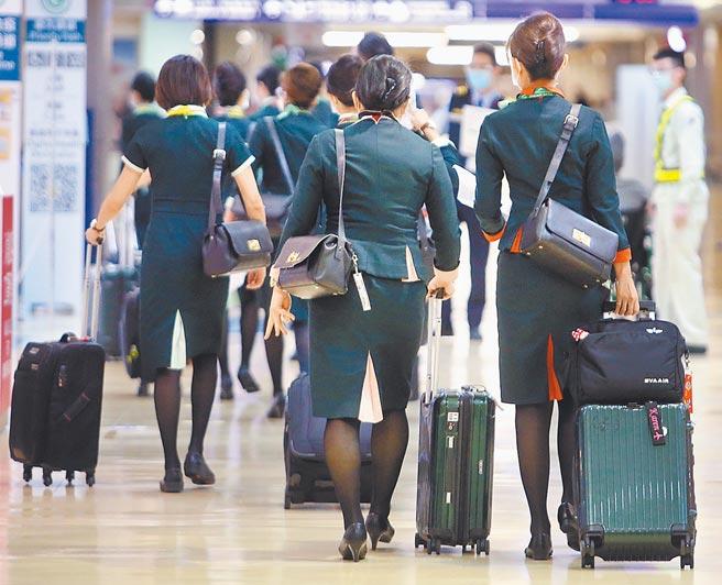 長榮航空23日對違反防疫規定的紐籍機師開鍘,並表示已加強防疫措施與管理,外站取餐規範更嚴格,除戴口罩,增加戴護目鏡及手套取餐規範。(本報資料照片)
