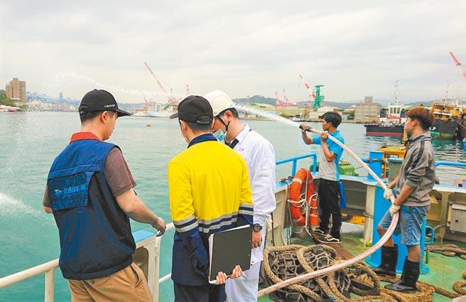 驗船中心驗船師與航港局檢查員共同登輪,確認船員熟稔各項滅火裝備操作且狀態正常可供緊急狀況使用。(驗船中心提供/潘千詩台北傳真)