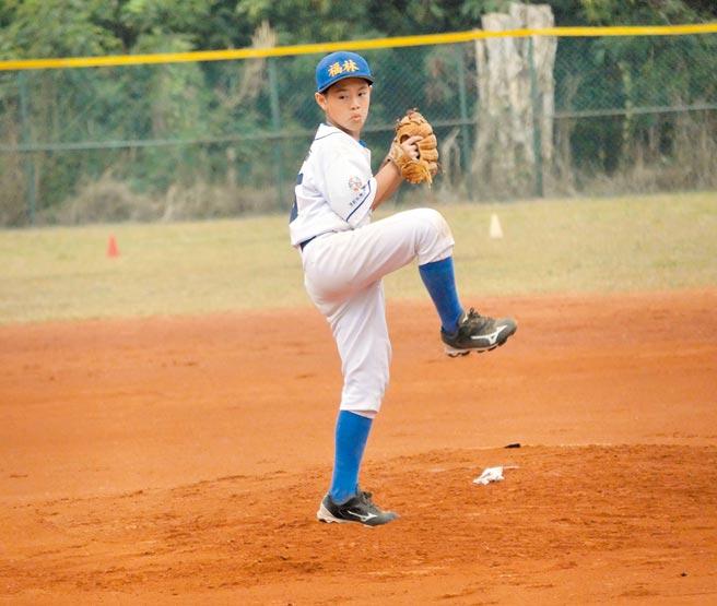 前職棒球星沈鈺傑長子沈立宸代表福林白隊出賽,不僅先發奪完封勝,打擊也有雙安、2盜壘,率隊闖進4強。(大會提供)