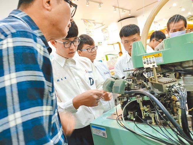 工業局在社頭成立「先進紡織設備人才育成基地」,鎖定達德商工學生,為織襪產業打造人才。(吳建輝攝)