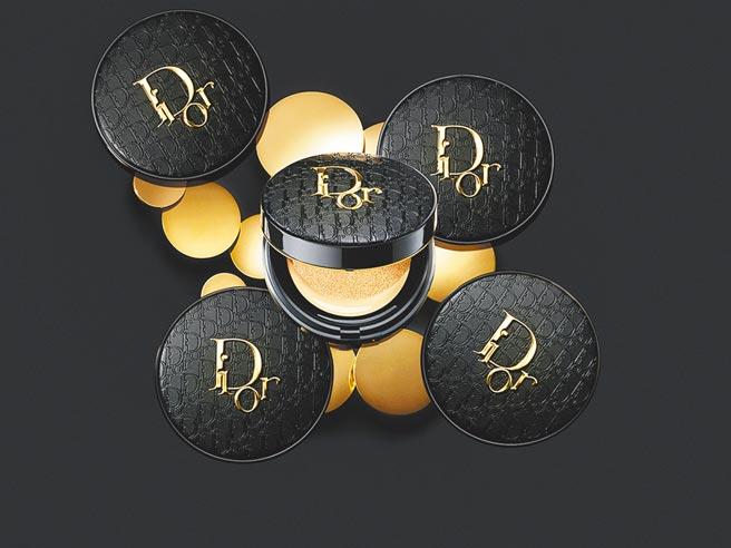 新光三越新品,Dior超完美柔霧光氣墊粉餅皮革印花版,2500元。(新光三越提供)