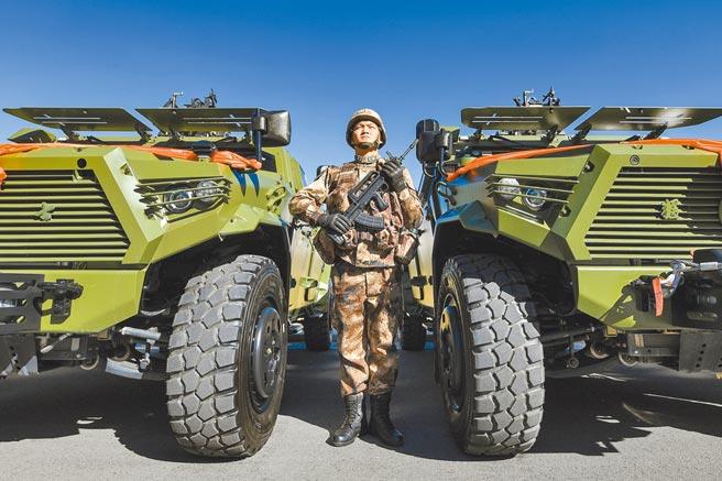 11月2日,解放軍西藏軍區某營舉行授裝、接裝儀式,一批新型突擊車正式列裝。(中新社)