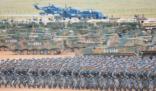 2017年7月30日,解放軍在內蒙朱日和訓練基地,舉行建軍90周年閱兵。  (新華社)