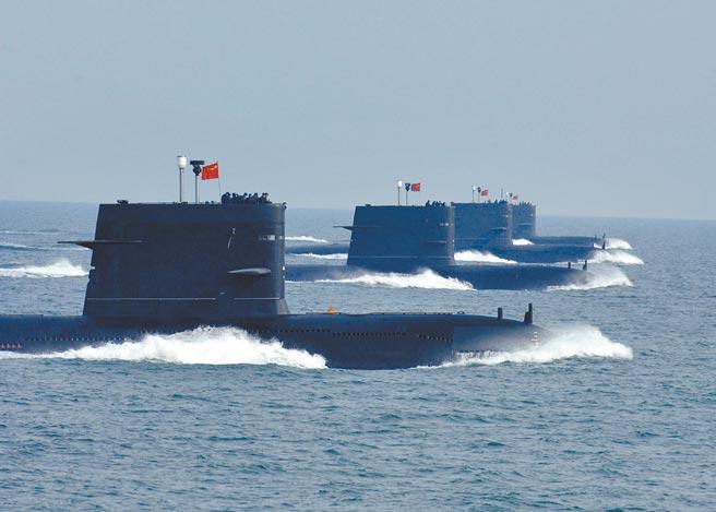 大陸海軍某潛艦部隊,多艘潛艦進行編隊航渡訓練。(新華社資料照片)