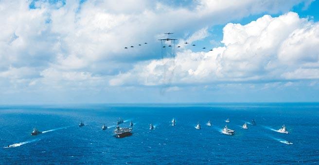 8月17日,美國「雷根號」航母艦隊與日本「日向級」直升機護衛艦在菲律賓海域聯合軍演。(取自美國海軍官網)