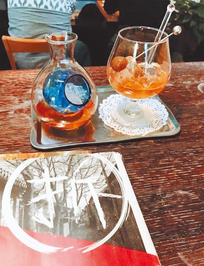 雙城咖啡館內香醇的冰釀咖啡是老闆葉子的拿手絕活。(讀者提供)