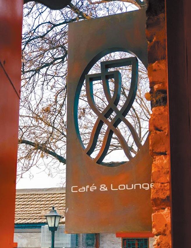 雙城咖啡館的招牌頗具特色。(讀者提供)