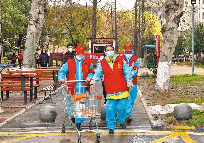 武漢青山區社區工作人員為居民集中配送團購商品。(中新社資料照片)