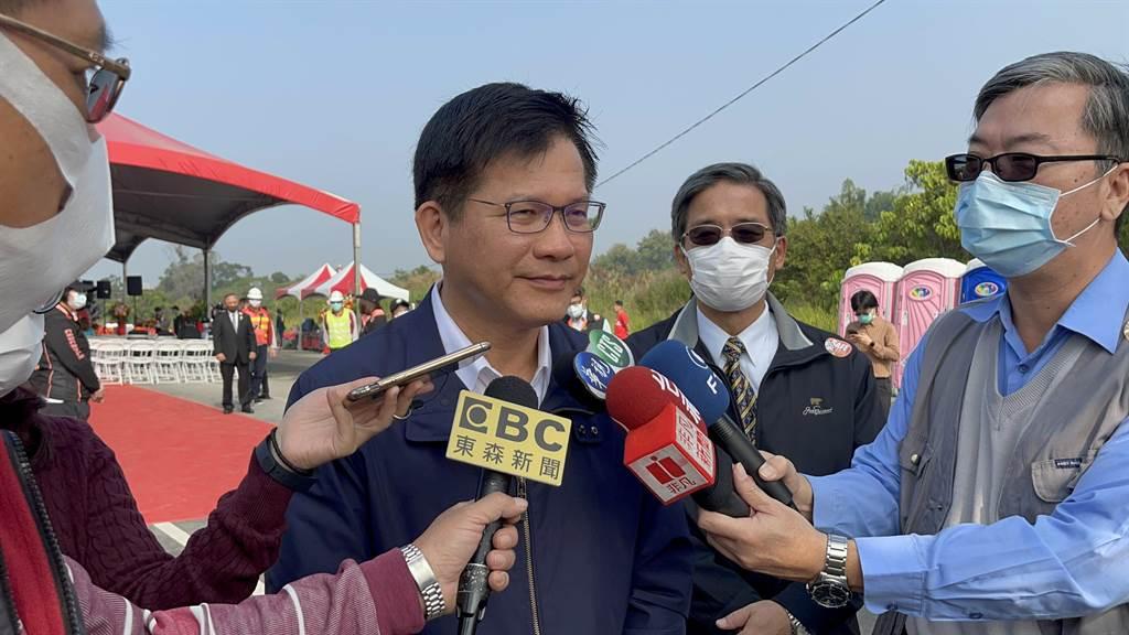 交通部長林佳龍表示,已和航空公司達成初步研議,未來機組人員擬將調整為7天居家檢疫,今日將送中央流行疫情指揮中心審查。(林雅惠攝)
