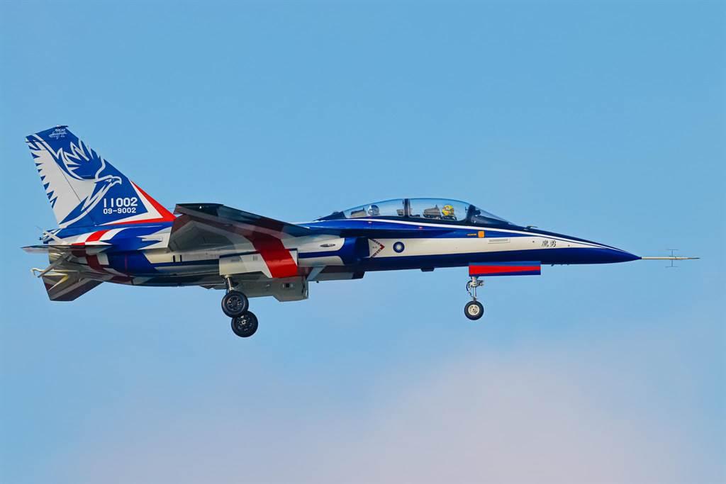 國人自製第二架「勇鷹高教機,今天進行首15分鐘成功。(讀者Wang Hsiang拍攝)