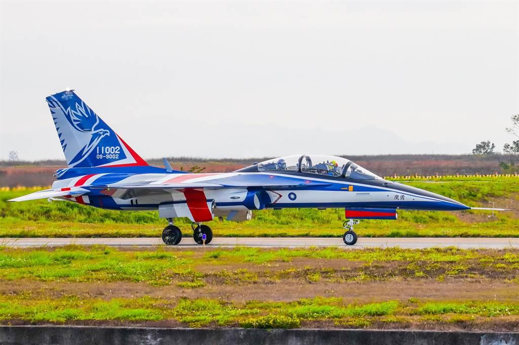 國人自製第二架「勇鷹高教機,在跑道上滾行準備起飛。(讀者Wang Hsiang拍攝)