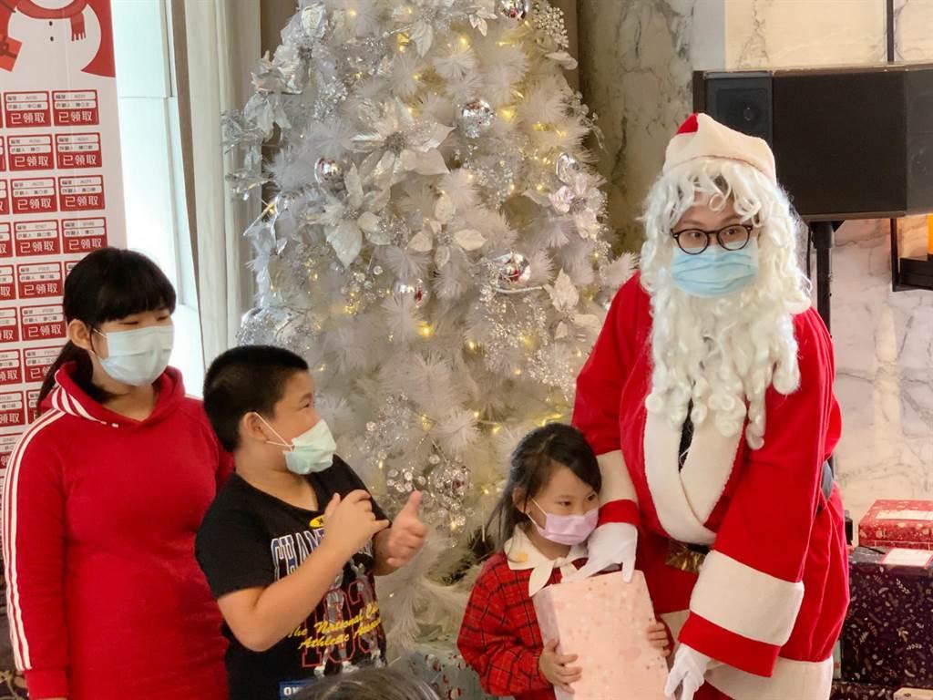 高雄「WO Hotel」窩飯店今年首次與家扶中心合作「耶誕送暖用愛圓夢,心願卡認領活動」。(柯宗緯攝)