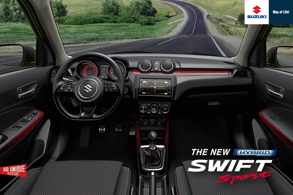 SWIFT Sport換上紅色縫線之平底方向盤、Sport字樣前座椅,增添運動氣息。