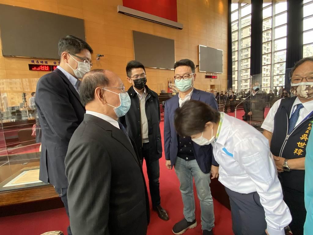 台中市長盧秀燕在市議會向民進黨團彎腰90度拜託支持,展現柔軟身段與十足誠意。(盧金足攝)