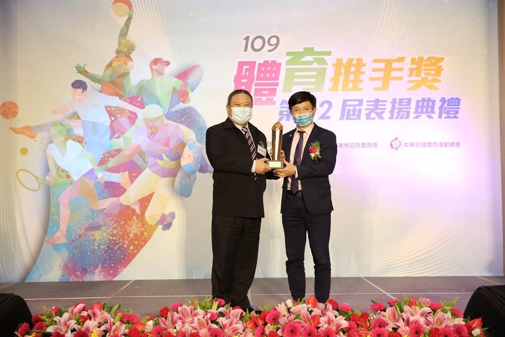 美商賀寶芙長期贊助運動選手,今天獲頒體育推手獎,陳昭良總經理(右)從中華奧會主席林鴻道(左)手中獲獎。(美商賀寶芙提供)