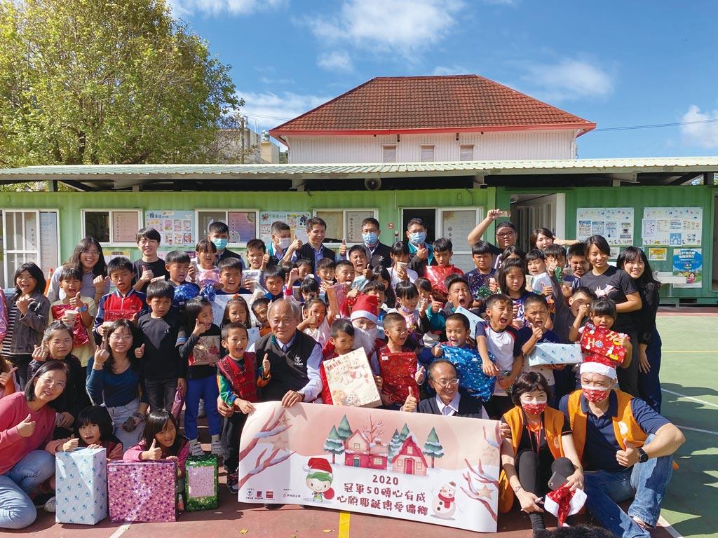 冠軍建材同仁與經銷商親送聖誕禮物給屏東丹路國小的學童。圖/業者提供