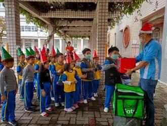 玉井國小學童過聖誕 聖誕外送員快遞禮物盒