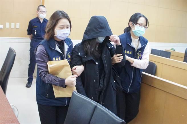 群益投信資產管理部專業副總經理謝志英(中)被移送北檢複訊。(張孝義攝)