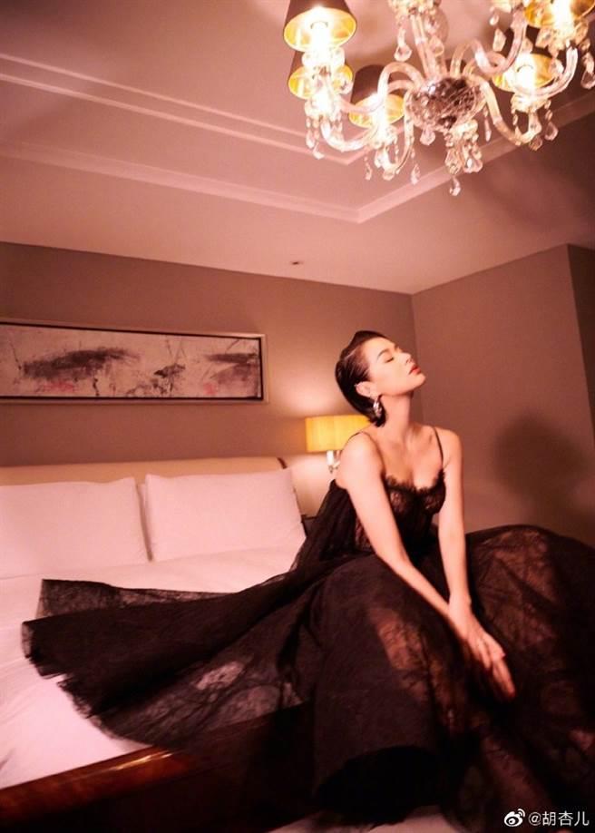 胡杏兒身穿黑色馬甲蕾絲禮服,顯露好身材。(圖/翻攝自胡杏兒微博)