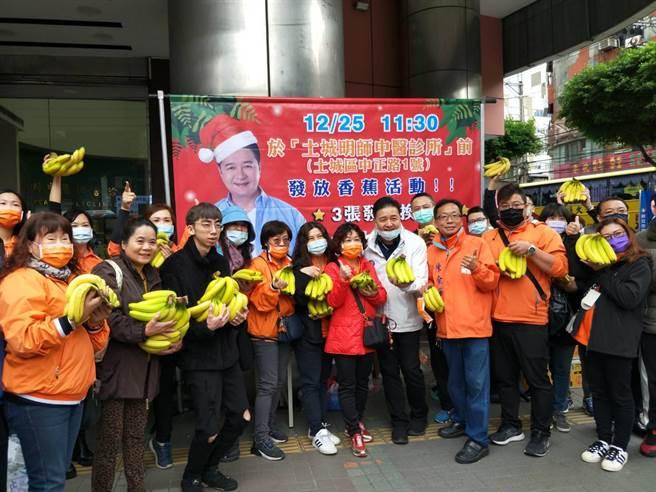 新北市議員林金結今在土城區中正路發起「集發票送香蕉」活動,幫助推廣滯銷香蕉。(記者蔡雯如攝)