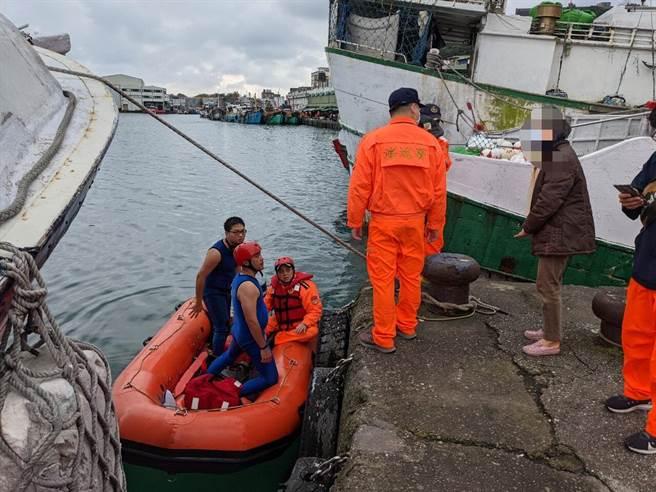 海巡人員搜索多時未果,最後是由其他漁船船員發現陳姓船長的遺體。(第一 岸巡隊提供/胡健森宜蘭傳真)