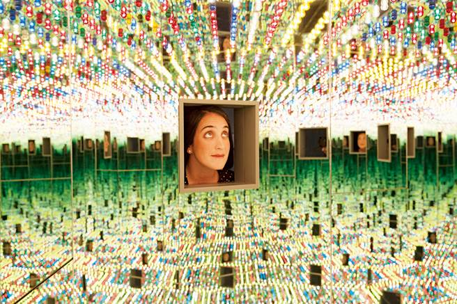 「無限鏡屋」是一個六角形鏡像環境,造成迷幻的視覺效果。(圖片來源/紐約時報、講義雜誌提供)