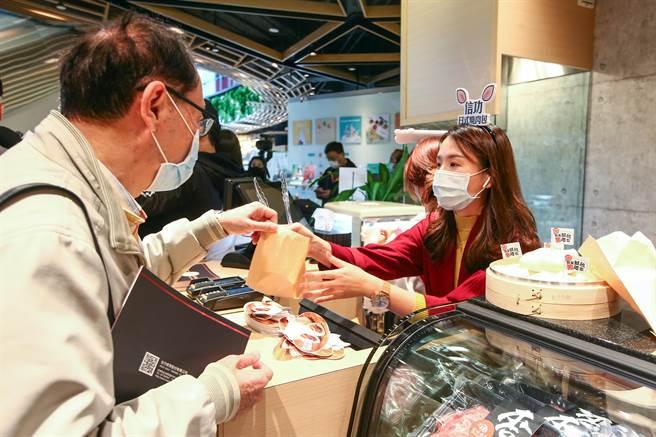 信功為挺台豬商家,25日在春大直商場chunplace「信功肉品」開幕時,舉辦「挺台豬隊友」活動,豪邁送出500顆台豬「日式燒肉包」。(鄧博仁攝)