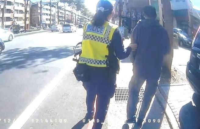 中市警局霧峰分局國光派出所員警,急忙將有重度視障的黃男拉往路旁,並陪他等公車。(霧峰分局提供/黃國峰台中傳真)