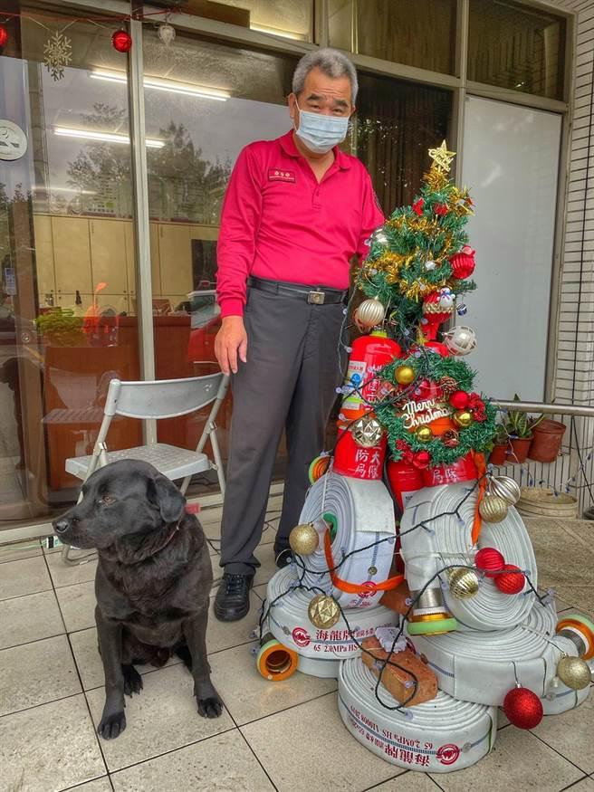 圖2:資深隊員姚政雄發揮創意,消防器材組成聖誕樹。(姜霏翻攝)
